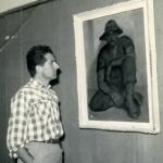 Giacomo di fronte ad una sua opera nel luglio del 1957, durante la personale all'Azienda autonoma di soggiorno di Iseo.