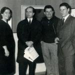 """Da sinistra, Bruna Marcianò Magalini, editrice del giornale """"Corriere della Valle"""", il regista Achille Rizzi, Giacomo Bergomi e il pittore Pietro De Paolis durante il Concorso del Premio """"Ancora d'oro"""" nel settembre 1966."""
