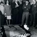 """Giacomo Bergomi e Bruno Boni, Sindaco di Brescia, alla vernice della personale alla Galleria """"San Michele"""" di Brescia il 25 ottobre 1969."""