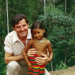 Giacomo nel primo viaggio in Ecuador con una bambina indigena nel 1970.