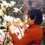 Giacomo con il figlio Stefano neonato nel giardino della casa di Collebeato.