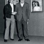 """Giacomo Bergomi con il pittore Martino Dolci alla vernice della personale alla Galleria """"La Leonessa"""" nel 1977."""