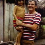 Giacomo con una bambina indigena in Ecuador nel 1980.